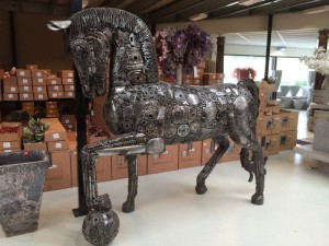 Pferd aus recyclebarem Metall in Echtgröße