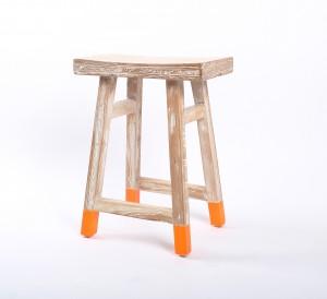 Hocker / Beistelltisch aus Holz, massiv, Farbe orange-grau-braun, Sitzhöhe 54 cm
