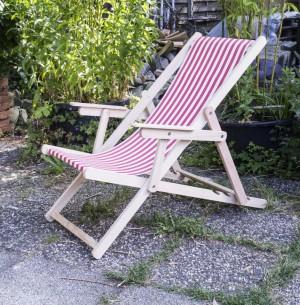 Liegestuhl mit Nackenkissen aus Massivholz und 100 % Baumwolle, Strandstuhl gestreift rot-weiß
