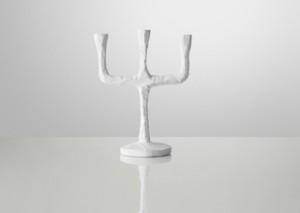 Kerzenständer aus handgeschnitztem Holz in weiß