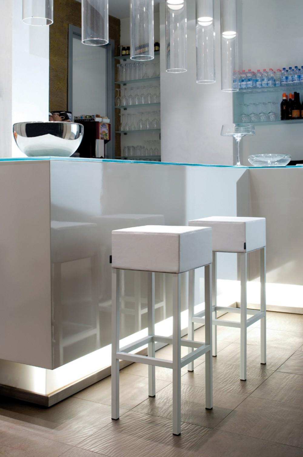 design barhocker in vier farben tresenhocker gepolstert sitzh he 65 cm. Black Bedroom Furniture Sets. Home Design Ideas