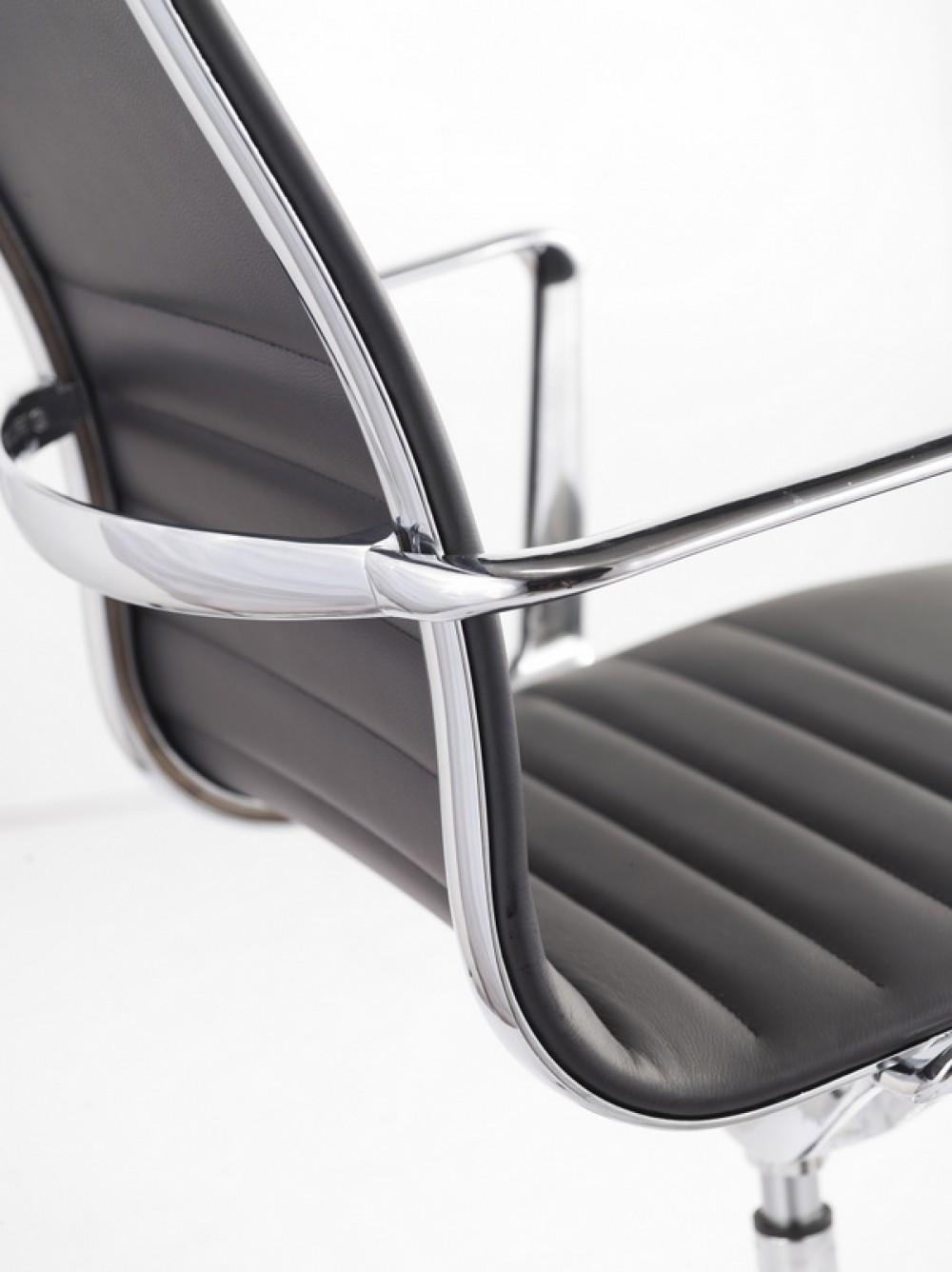 designer chefsessel mit echtleder bezogen in zwei farben schwarz und wei. Black Bedroom Furniture Sets. Home Design Ideas