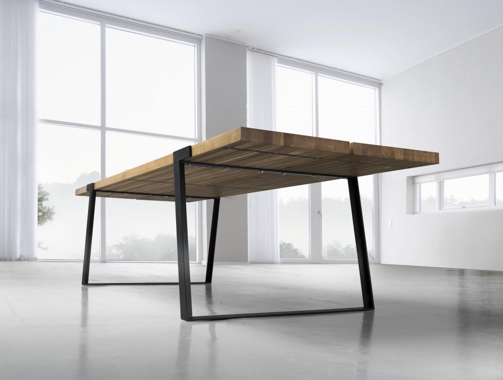esstisch mit metallbeinen und massivholzplatte aus eichenholz. Black Bedroom Furniture Sets. Home Design Ideas