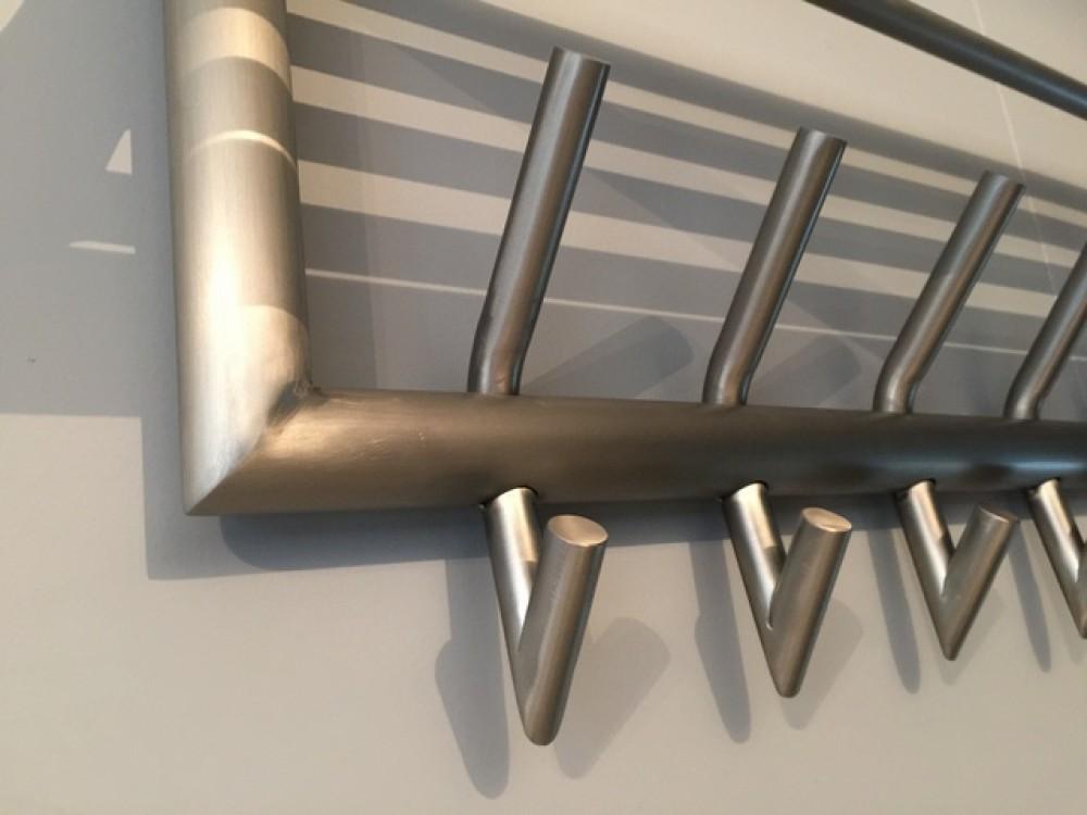 wandgarderobe edelstahl mit hutablage garderobe metall 5 haken mit ablage breite 60 cm. Black Bedroom Furniture Sets. Home Design Ideas