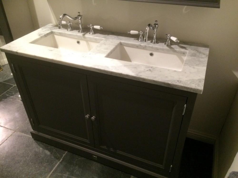 waschtisch schwarz mit einem spiegelschrank. Black Bedroom Furniture Sets. Home Design Ideas