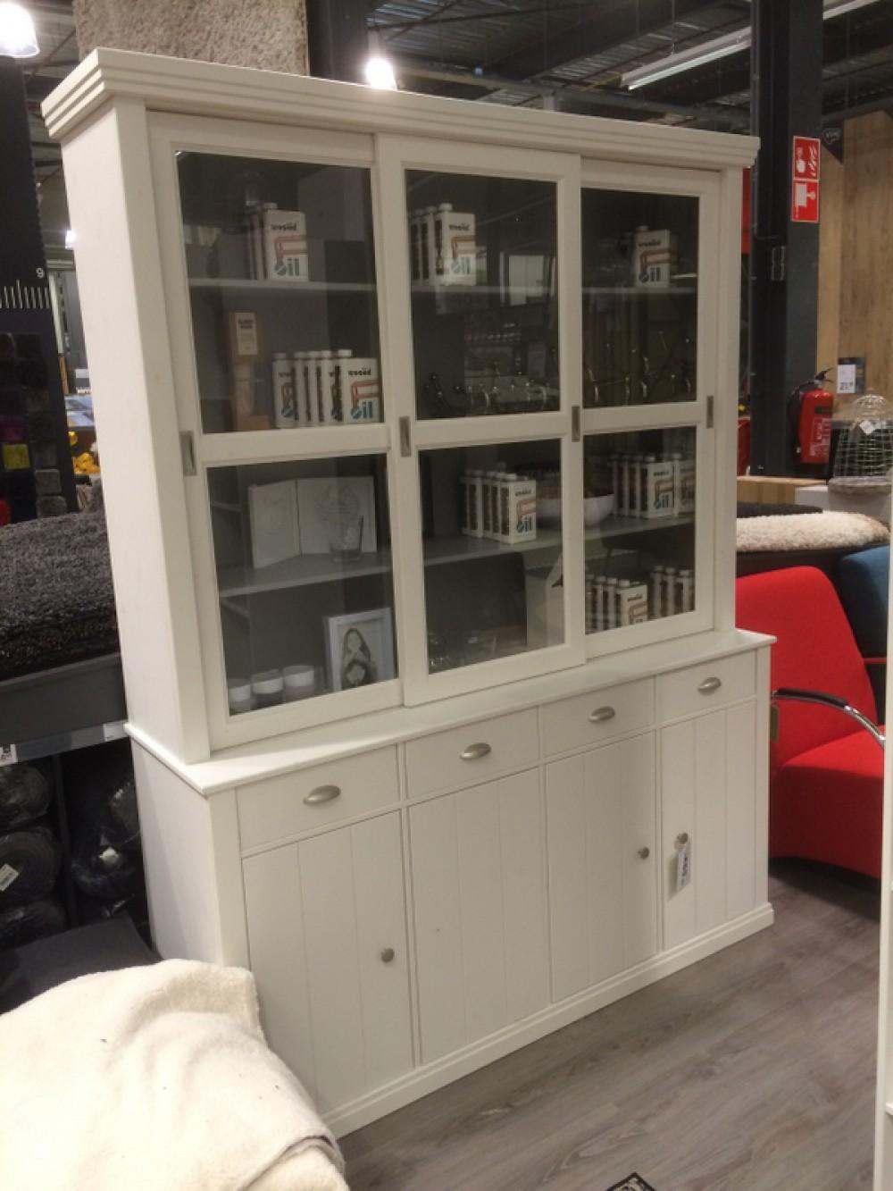 eine klassischer geschirrschrank vitrine im landhausstil. Black Bedroom Furniture Sets. Home Design Ideas