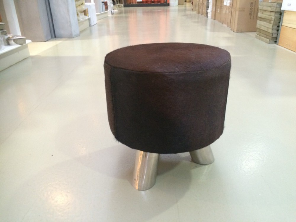 hocker mit kuhfell bezogen sitzhocker verchromtes gestell durchmesser 36 cm. Black Bedroom Furniture Sets. Home Design Ideas
