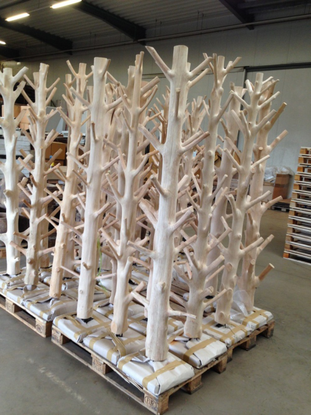 wandgarderobe baumstamm standgarderobe aus massivholz h he 200 cm. Black Bedroom Furniture Sets. Home Design Ideas