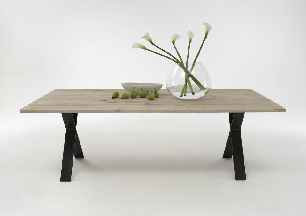 esstisch aus massiv eiche tisch mit einem gestell aus metall ma e 220 x 100 cm. Black Bedroom Furniture Sets. Home Design Ideas