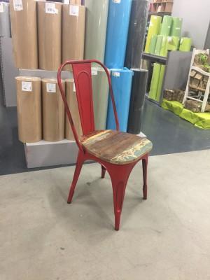 Stuhl rot Metall und Holz im Industriedesign