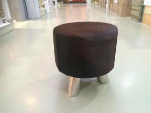 Hocker mit Kuhfell  bezogen, Sitzhocker verchromtes Gestell, Durchmesser 36 cm