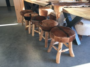 Hocker Kuhfell braun, Hocker Holz-Gestell Kuhfell-Bezug