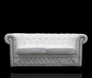 Sofa Landhaus Style 2er weiß / matt mit Nietenbesatz
