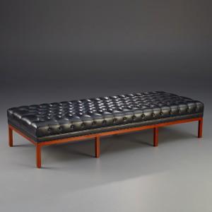 Exklusive Möbel,  Bank mit Leder bezogen im klassischen Stil