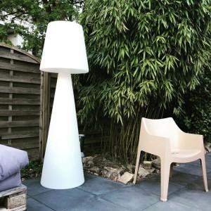 Stehleuchte aus Kunststoff, Outdoor Stehlampe mit Lampenschirm weiß, Höhe 145 cm