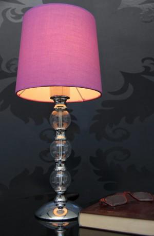 Moderne Tischleuchte verchromt mit einem lila Lampenschirm