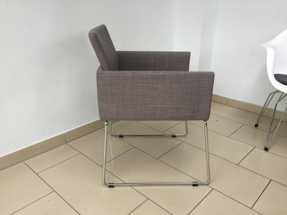 stuhl grau stuhl mit armlehne gepolstert. Black Bedroom Furniture Sets. Home Design Ideas