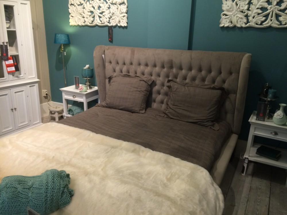 bett grau gepolstert im landhausstil ma e 224 x 205 cm betten landhaus stil m bel. Black Bedroom Furniture Sets. Home Design Ideas
