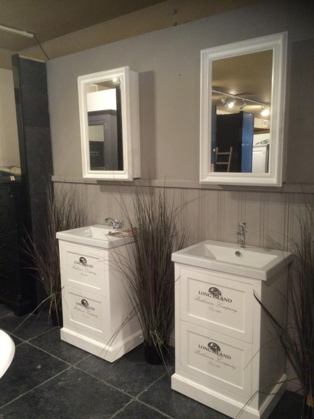 waschtisch wei mit einem spiegelschrank im landhausstil. Black Bedroom Furniture Sets. Home Design Ideas
