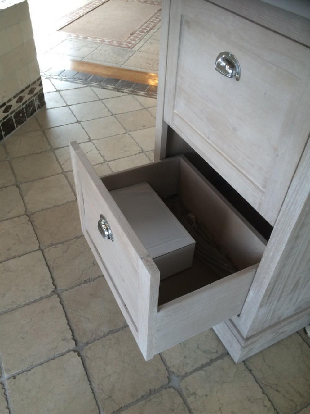 Waschtisch wei mit einem spiegelschrank im landhausstil for Badmobel hellgrau