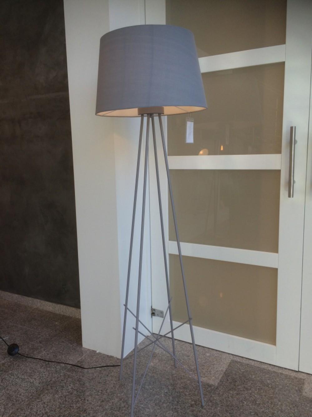 stehlampe grau moderne stehleuchte mit lampenschirm grau