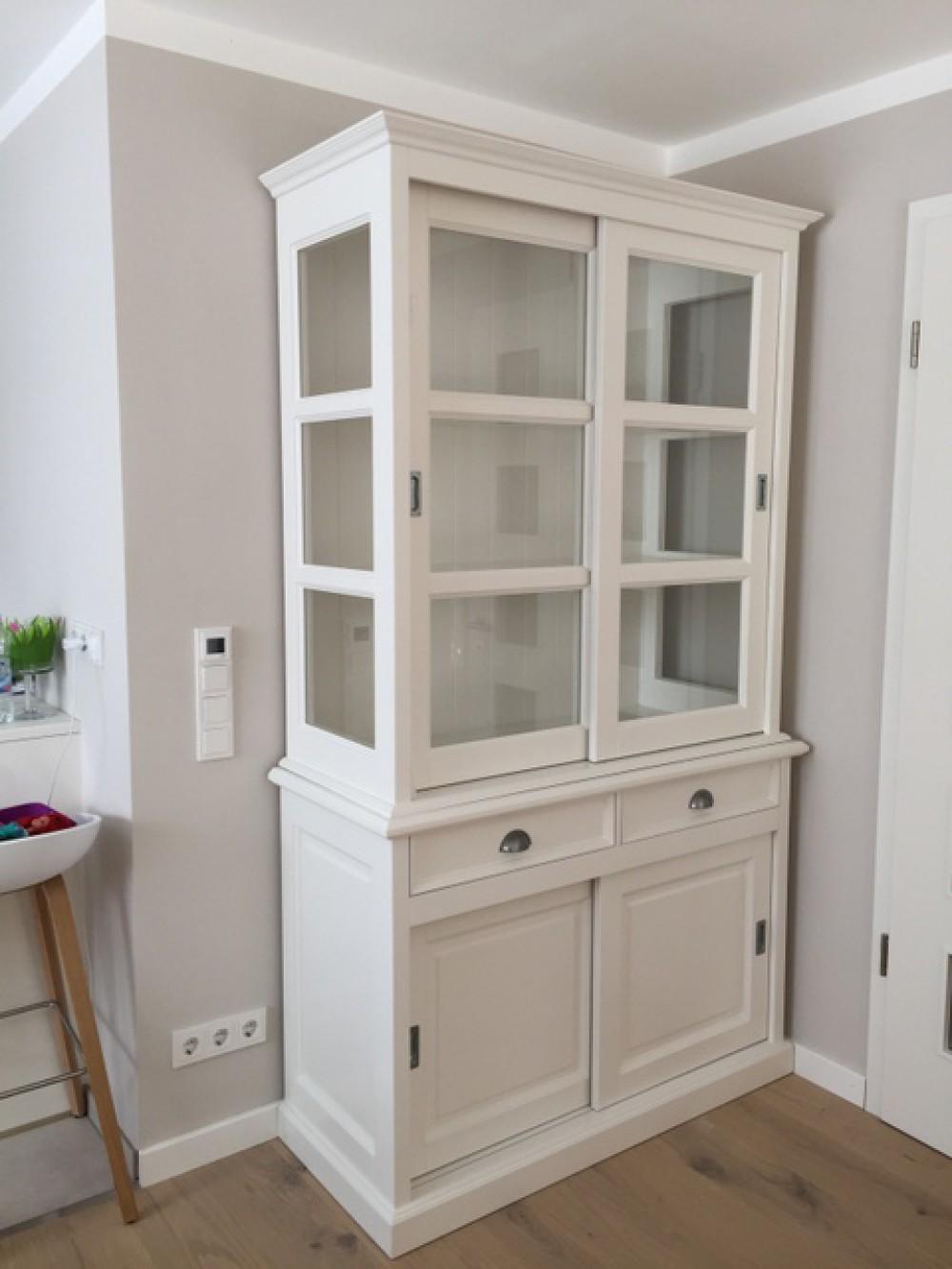 vitrinenschrank wei mit schiebet ren geschirrschrank wei mit vier t ren im landhausstil. Black Bedroom Furniture Sets. Home Design Ideas