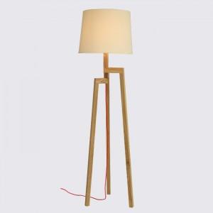 Moderne Stehleuchte mit einem Holzfußt und einem weißen Lampenschirm