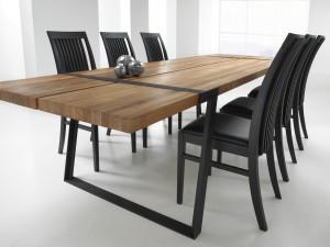 Esstisch mit Metallbeinen und Massivholzplatte aus Eichenholz