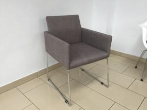Stuhl grau, Stuhl mit Armlehne gepolstert