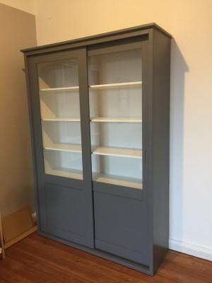 Vitrine grau Landhaus, Bücherschrank grau-weiß Massivholz, Schrank grau Landhaus,  Breite 147 cm