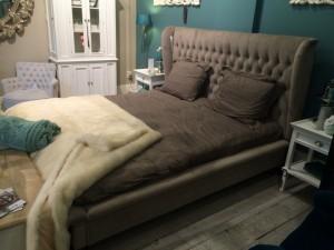 Bett grau gepolstert im Landhausstil, Maße 224 x 205 cm