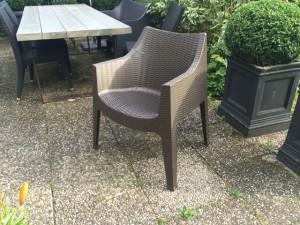Outdoor-Stuhl mit Armlehne, Gartenstuhl aus Kunststoff mit Armlehne