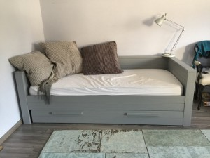 Bett grau Holz, Jugendbett Massivholz grau, Tagesbett Holz grau, Bett-Sofa grau Holz massiv
