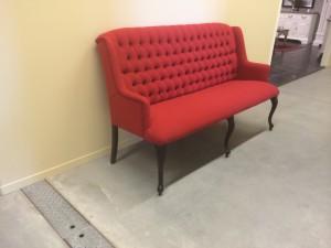 Bank mit Textilbezug im Landhausstil, Sitzbank gepolstert, Farbe rot
