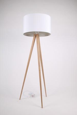 Moderne Dreifuß Stehleuchte in Holzoptik mit einem weissen Lampenschirm