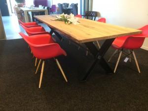 Esstisch aus massiv Eiche, Tisch mit einem Gestell aus Metall, Maße 200 x 100 cm