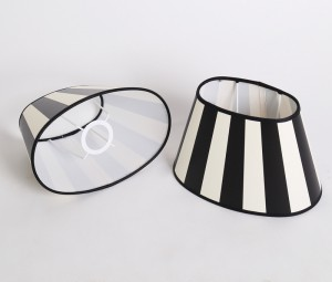 Gestreifter Lampenschirm, oval 20 cm, Farbe Schwarz-Creme/Weiß