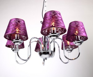 Verchromter Kronleuchter 6-armig,  mit lila Lampenschirmen, Ø 60 cm