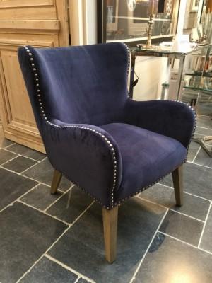 Sessel blau, Sessel mit Ziernägeln verziert